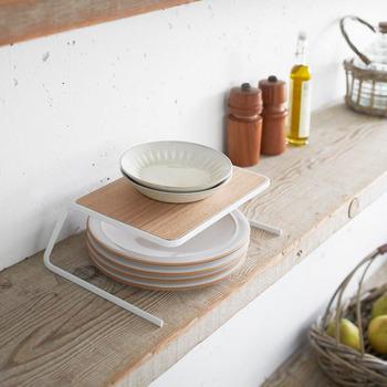 よく使う食器は、限られてくるもの。いつでもパッと取り出せるように収納しておきたいですよね。 木目の天板を使用したディッシュストレージは、プレートやボウルなど、1人分の食器一式を収納しておくことができます。キッチンに立つのを楽しくさせてくれるオシャレアイテム。