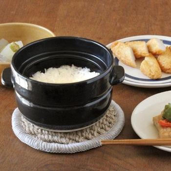 昔ながらの方法で、ふっくらツヤツヤのご飯を炊き上げるご飯炊き専用の土鍋です。 食べ残したご飯は、そのまま冷蔵庫で保存。土鍋には調湿作用があるので、電子レンジで温めれば、炊きたてのようなふっくらご飯が楽しめます。