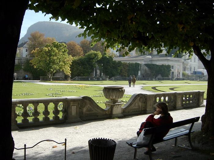 緑や花で彩られた広々とした庭園は市民の憩いの場となっているよう。