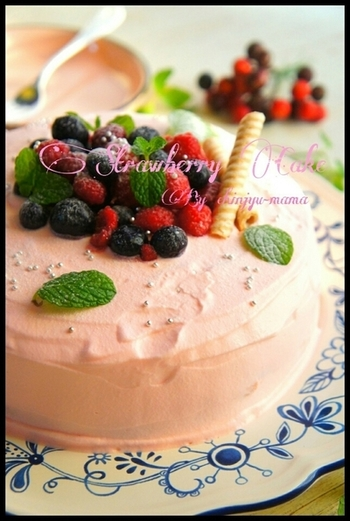 生クリームとたっぷりのフルーツでデコレーションすれば、立派なバースデーケーキにもなりますよ。たくさんのご馳走を作りながら、簡単に炊飯器でケーキも焼けるのが忙しいときには嬉しいですね♪