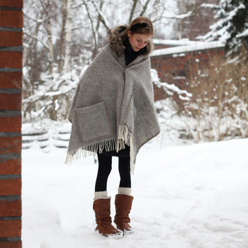 ウールも暖かいのですが、ちょっとチクチクするのが気になる方は直接首に巻くのではなく、コートの上に羽織るように着るのがおすすめ。写真はフィンランドの「ラプアン・カンクリ」のショール。ポケット付きで便利ですよ。