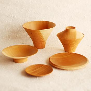 ご飯と汁物の深めのお椀、お皿にもフタにも使える浅皿、大きさ・深さが異なる6つのアイテムがマトリョーシカのように1つにまとまって、収納する時にはコンパクトサイズに。使い勝手の良さが抜群です。 熟練の職人が作り上げる山中漆器の「TSUMUGI(ツムギ)」は、上質な食事を楽しみたい方におすすめです。