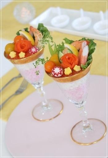 カクテルグラスなどを使うのもおしゃれですね。お寿司が、洋風テイストの前菜のような雰囲気に。パーティにぜひおすすめです。