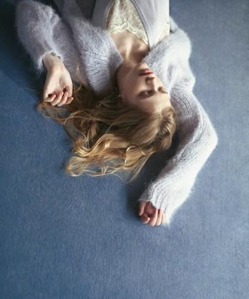 ふわふわでやわらかい肌触りが楽しめる「モヘア」。冬ファッションには欠かせないアイテムですよね。 今年は「やわらかい女性」の着こなしを楽しんでみませんか?