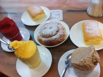 ここの名物はアーモンドジェラートと「エンマサイダ」という菓子パン。アーモンドジェラートはなかなか日本では食べたことがない不思議な食感と甘さです。