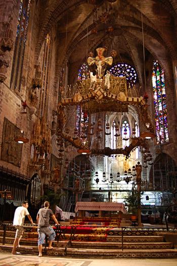 内部は有料で見学ができ、サグラダファミリアで有名のガウディが手掛けたステンドグラスや祭壇が見事です。