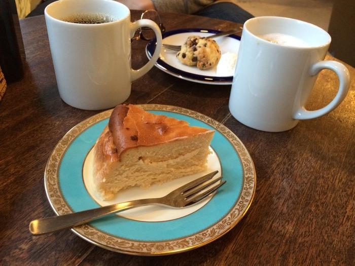 コーヒーの他に、シンプルなベイクドチーズケーキやパンケーキ、こぶしのような可愛らしいスコーンなどのメニューが揃っています。「コーヒーにこだわるよりも、まったりオシャレなカフェでくつろぎたい」、そんな人におすすめのカフェです。