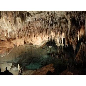 何万年もの歳月を経てつくられた鍾乳洞。地底湖の船にのって見学できる場所もあります。