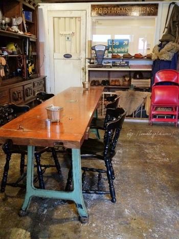 アンティークな家具が並び、どこかパブのような雰囲気もある、ちょっと個性的なカフェ「PORTMANS CAFE(ポートマンズカフェ)」。インテリアや内装、食器など、端々に店主のこだわりが感じられます。