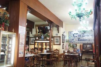 パルマ一番の老舗カフェ。テーブルは大理石、床もタイルでクラシックな雰囲気が素敵です。