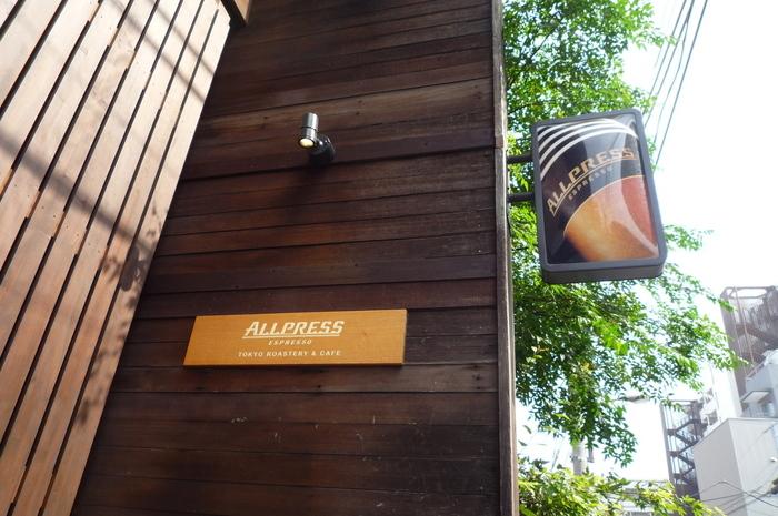 コーヒー色の木材で覆われた、ナチュラルでオシャレな雰囲気のコーヒーショップ。こちらも、木材倉庫だったものを改修したお店だとか。「ALLPRESS ESPRESSO(オールプレス エスプレッソ)」の名のとおり、焙煎とエスプレッソにこだわった一杯を味わうことができます。