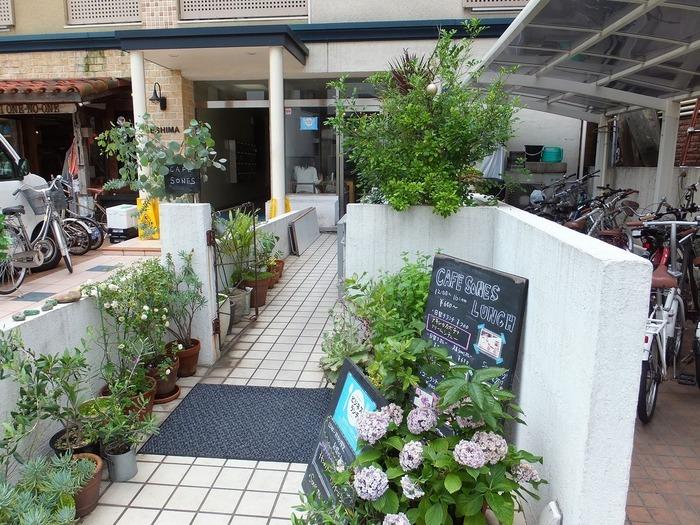 カフェソネスは、西鉄天神大牟田線の「薬院駅」か市営地下鉄七隈線の「薬院駅」から歩いて5分ほどの所にあるカフェです。