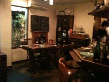 店内はカフェとビストロが合わさったような雰囲気です。レトロな内装がゆったりとした時間を過ごせる落ち着いた空間を作り出しています。