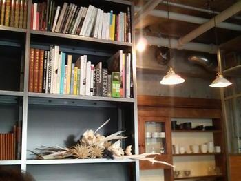 その通り、普段からふらりと立ち寄りたくなるような落ち着いた雰囲気の店内には、壁一面を覆いつくすほどの書籍も豊富で一人できても長居してしまいそうなお店です。