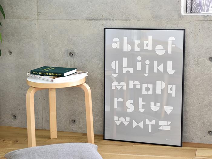 積み木をつみかさねるようにしてアルファベットを構成しているユニークなポスターです。カラーがシンプルなので、額装でイメージチェンジすることもできますね。壁や床の色に合わせて額の色を選ぶのは楽しいものです。