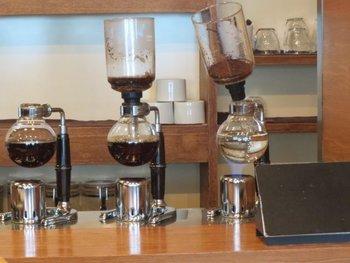 コーヒー本来の味をスッキリと表現できるようにとサイフォンによる抽出にこだわっています。注文をしてから一杯ずつ丁寧に抽出したコーヒーを味わえます。