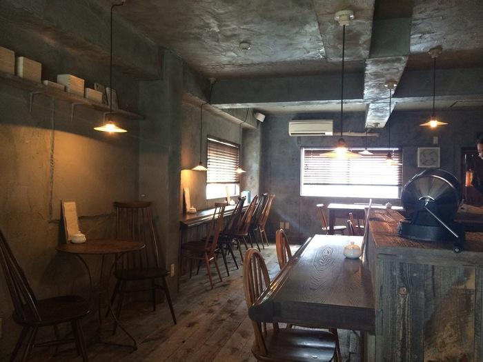 店内は古い木材を再利用した暖かみのある雰囲気。来る人がそれぞれ思い思いにコーヒーの時間を楽しめるよう、テーブル席の配置にも工夫が見られます。店内は古本も販売されていて、読書とコーヒーを楽しむ、至福の時間を過ごすことが出来ます。
