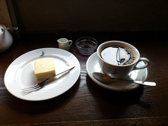 コーヒーはカップとマグから選べます。マグだと100円お得です。コーヒー豆は北海道美幌の焙煎家による深入りのブレンドを使用しているとのことです。2~3年に一度見直しをして味に変化を付けているそうです。