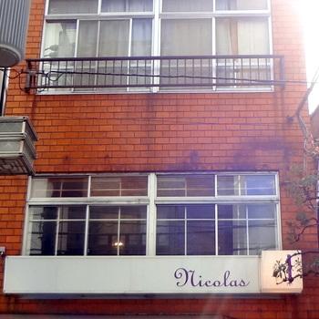 三軒茶屋駅の北口を出て下北沢方向へ歩いて7分ほどのところにあるnicolas(ニコラ)。女性客にも人気のおしゃれなカフェです。