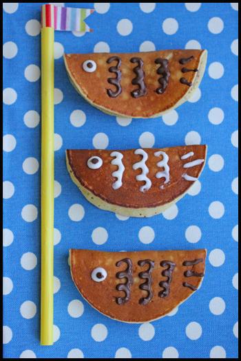 ミニサイズのホットケーキにあんこと白玉を入れて半分に折り、チョコペンを使って自由に鱗や目玉を描けば、美味しい鯉のぼりの完成です♪