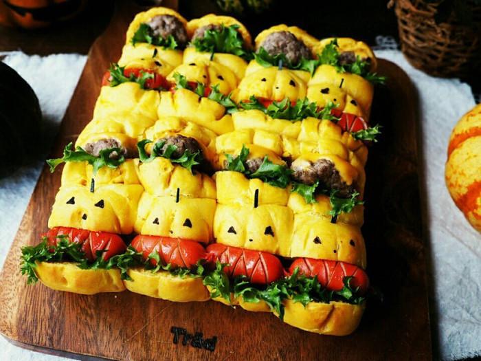 生地につぶしたカボチャを加えれば、きれいな黄色のちぎりパンになります。焼く前に切り込みを入れて、カボチャ型サンドイッチにアレンジ!ハロウィンだけじゃなく、工夫次第でイベントごとに可愛いちぎりパンサンドが作れそうですね。