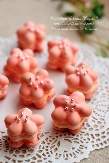 ピンクのお花マカロンに銀のアラザンをあしらって。食べるのがもったいないくらいカワイイ♪
