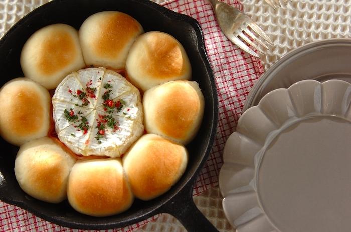 フライパンでも気軽に焼けるちぎりパン。スキレットにリース型に敷き詰め、真ん中にカマンベールチーズを置いて焼けば、それだけで目を引くオシャレなメニューになりますよ!みんなで囲んで、ちぎりパンにチーズを絡めながら楽しみましょう♪