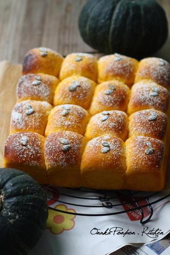 中にカスタードクリームを入れた、カボチャ色がきれいなレシピ。パン屋さながらのおいしそうな焼き上がりですね。本格派でも、ちぎりパンならおうちで気軽に試せそうです。