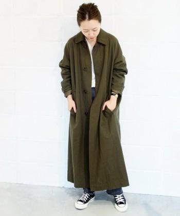モスグリーンのコートなら主役になってくれること間違いなし。