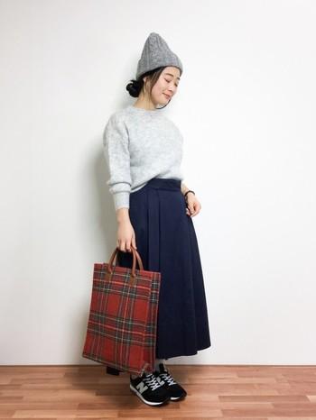 プレーンな印象の装いに、タータンチェックのバッグをプラスすると途端に英国風の印象に。バッグは大きさによっても、タータンチェックの割合を簡単に変えることができるという便利アイテムです。お気に入りをひとつ持っているといいですね。