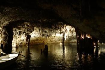 見学の最後にはミニコンサートがあり、ボートに乗った楽団が演奏してくれます。鍾乳洞の中でのコンサートは珍しいのではないでしょうか?