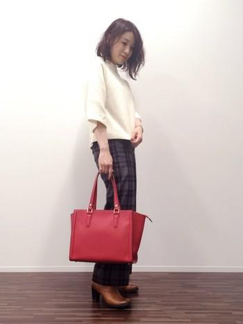 いろいろな色が入ったタータンチェックのパンツは、バッグや靴などのカラーチョイスの幅が広がります。トップスに白を持ってくると表情が明るく見えますね。