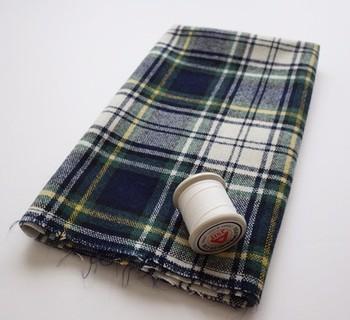 タータンチェックは、スコットランドの伝統的な格子柄のことで、日本でも衣類や雑貨などに広く使われています。赤や緑、黄色など多色の糸を使って綾織してあります。