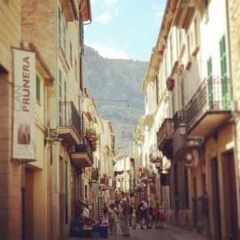 パルマの街は細い小道をぶらぶらするとカフェやバーに出会えたり・・・