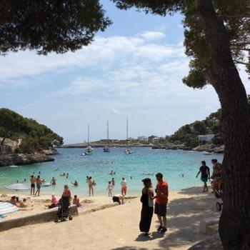 入り江で静かなビーチも多く、家族連れでも安心して遊べます。