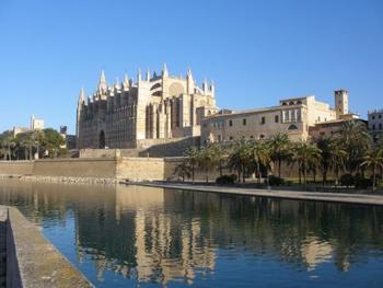 左側の大きな建物がパルマ大聖堂。