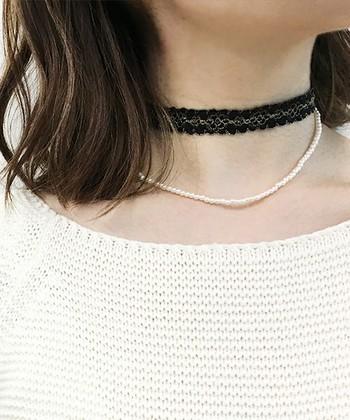 ネックレスとチョーカーを重ねづけするのもおすすめです。シンプルなコーディネートのときこそ、アクセサリーで色々とアレンジしてみましょう。