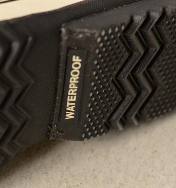ウォータープルーフ仕様の靴底で安心。