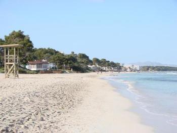 人の少ないシーズンオフのビーチを散策するのも素敵。  ちなみにマヨルカ島ではたくさんのビーチがありますが、最も美しいといわれているビーチは「Platja d'es Trenc」。 パルマから車で1時間ほどです。白い砂浜と透き通った海なので、マヨルカにお出かけの際はチェックしてみてくださいね。