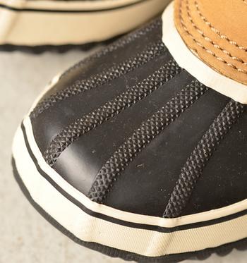 足の甲をしっかり覆うラバー素材。雪道のお守りですね。