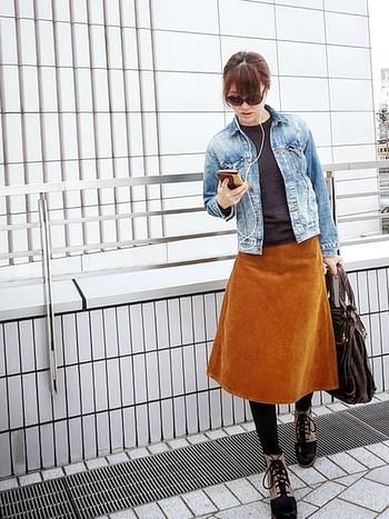 裾の広がりが美しいコーデュロイのフレアスカートにはウェッジソールタイプの「1964プレミアムウェッジ」を合わせて。レディライクなきれい目スタイルにも◎。