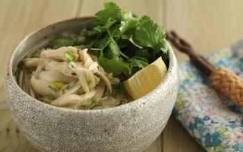 鶏ささみとパクチーたっぷりのエスニックな温そばのレシピです。