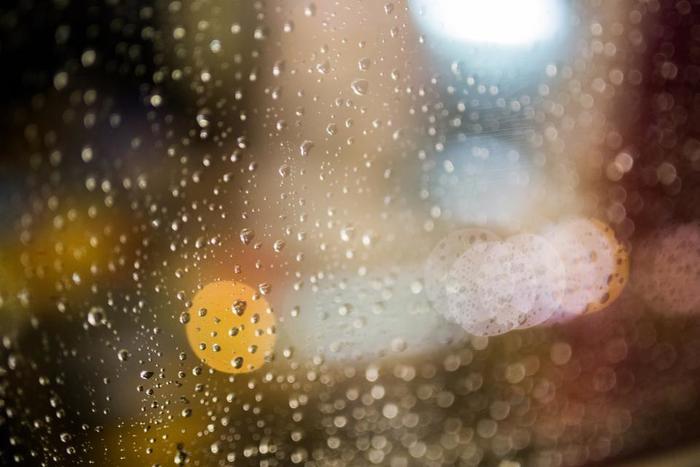 雨などで濡れてしまったら、まずは乾いた布で水分を拭き取ります。 一部分だけ濡れていると輪染みのように跡が残ってしまうので、その後固く絞った布でバッグ全体を拭きます。