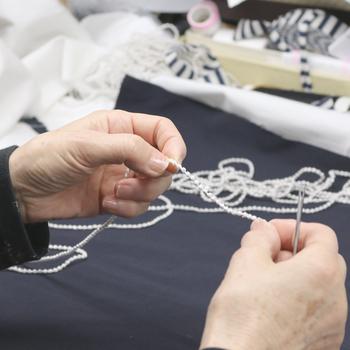 トリプル・オゥは、刺繍でネックレスなどのテキスタイルアクセサリーを作っています。刺繍の製造業ならではの発想と技術で作られるアクセサリーは、上質さ・繊細さが魅力的です。