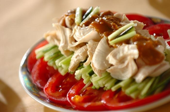 ゆでた鶏肉といったらやっぱりコレ!バンバンジーは忘れてはいけないメニューの一つですね。ゆでたささみを裂いてトマトやキュウリと一緒に盛り付け、手作りのゴマダレで野菜もたくさん食べられます。作り方を覚えておけばレパートリーも広がりますね。