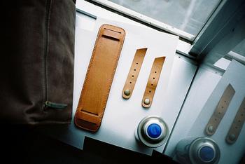 防水スプレーをかけておけば、水や汚れに強くなります。 布・革、両方に使えるスプレーなら、ベースが生地で持ち手が革のデザインのものにも使いやすいのでオススメです。