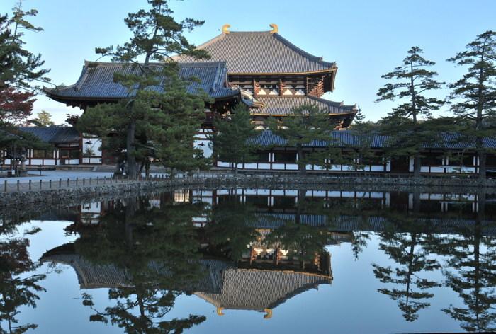 鏡池は、大仏殿の南側に位置する池です。その名の通り、静かな水面が、鏡のように大仏殿を映し出し、逆さ大仏殿を臨むことができます。