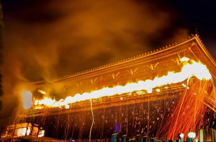 二月堂では、お水取り(修二会)が執り行われます。漆黒の闇夜、赤々と燃え盛る松明の炎、炎に包まれた建物が織りなす景色は迫力満点です。