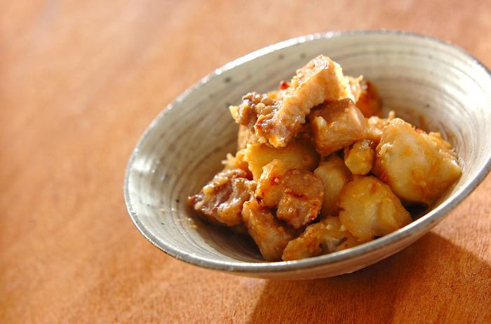 こってりした豚バラと、ねっとりした里芋を味噌で煮た一品。コクがありながら、しょうがが効いているので飽きが来ません。里芋をレンジでチンすることで、手間暇もかからないレシピです。