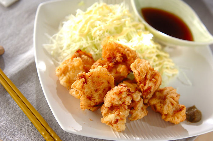 鶏の天ぷらは揚げ物なのにしつこくなく、美味しさ抜群。天つゆではなく柚子胡椒でいただくことで、よりあっさりした味わいになっています。揚げ物を作る時には、ぜひ食べたい一品です。